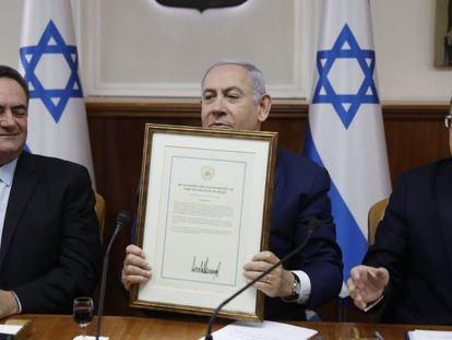 El primer ministro israeIí, Benjamín Netanyahu, muestra el documento firmado por Trump sobre el Golan, el domingo en Jerusalén.
