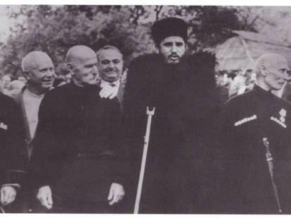 Nikita Jruschov (segundo por la izquierda) junto a Fidel Castro, de vacaciones en Abjasia, en 1963.