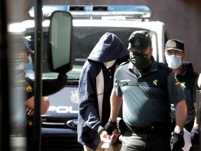 Uno de los tres detenidos encarcelados por el crimen de Samuel Luiz es escoltado de vuelta a la cárcel de Texeiro tras declarar ante el juez