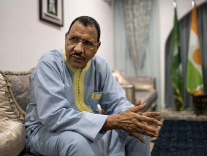 Mohamed Bazoum, presidente de la República de Níger, durante la entrevista realizada para El País en su residencia presidencial en Niamey.