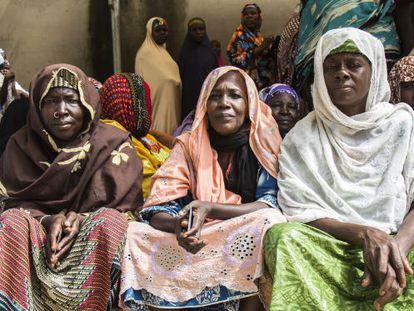 Un grupo de viudas nigerianas, que han perdido a sus maridos en el conflicto entre Boko Haram y el ejército del país, esperan la distribución de alimentos.