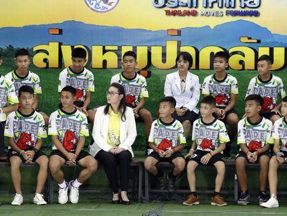 El entrenador y los 12 niños del equipo de fútbol de Tailandia que permaneció 18 días en una cueva ofrecen una rueda de prensa para explicar su odisea.
