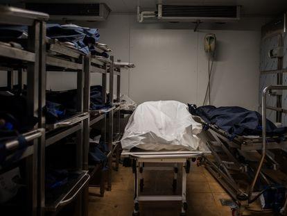 Los cadáveres de algunos de los 24 migrantes encontrados muertos en un cayuco a la deriva en alta mar, apilados en el Instituto de Medicina Legal de Santa Cruz de Tenerife a la espera de ser enterrados.
