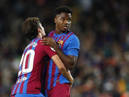 Sergi Roberto celebra un gol del Barcelona con Ansu Fati.