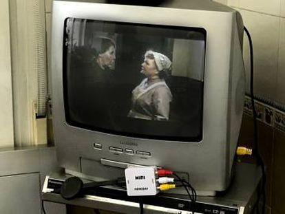 Con el pequeño conector y un aparato de estilo del Chromecast o el Apple TV, se pueden ver en la vieja tele las series de Netflix (en la imagen, una capítulo de 'Downton Abbey'), HBO o Yomvi.