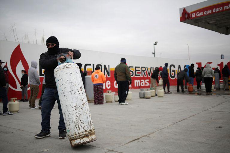 Un hombre rellena un cilindro de gas licuado de petróleo en una estación de Ciudad Juárez, México, durante el frente frío del pasado 16 de febrero.