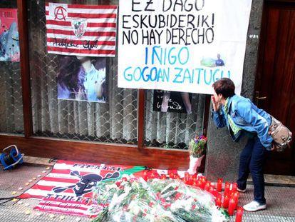 Homenaje a Iñigo Cabacas en el lugar donde fue alcanzado por una pelota de goma.