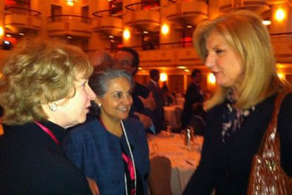 Arianna Huffington charla con la exprimera ministra de Canadá Kim Campbell (izquierda) tras la conferencia sobre las nuevas tecnologías en Nueva York.
