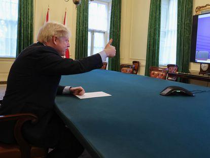 El primer minisro británico, Boris Johnson, hace señal de ok con la mano durante una videoconferencia con la presidenta de la Comisión Europea, Ursula von der Leyen.