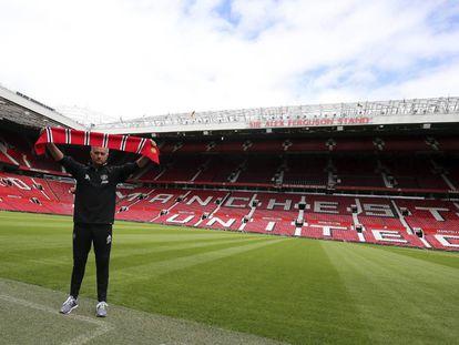 El nuevo entrenador del Manchester United, José Mourinho, en su presentación en el estadio de Old Trafford, en Manchester.