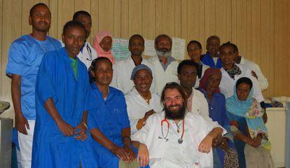 El pediatra Iñaki Alegría, en el centro, con el resto de miembros del equipo médico del hospital de Gambo, en Etiopía