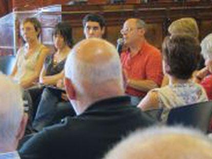 El alcalde de San Sebastiá, Juan Carlos Izagirre, con representantes de asociaciones de derechos humanos.