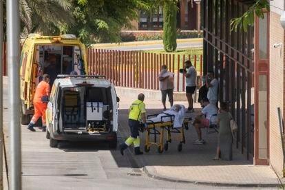 Ingreso de un paciente en las urgencias del Hospital de San Juan de Dios, en la localidad sevillana de Bormujos.
