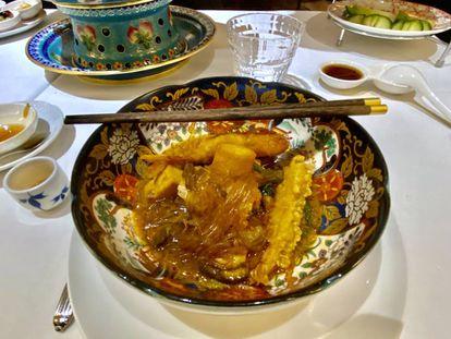 La olla imperial, en el plato. Tropezones y fideos de cristal. J. C. CAPEL