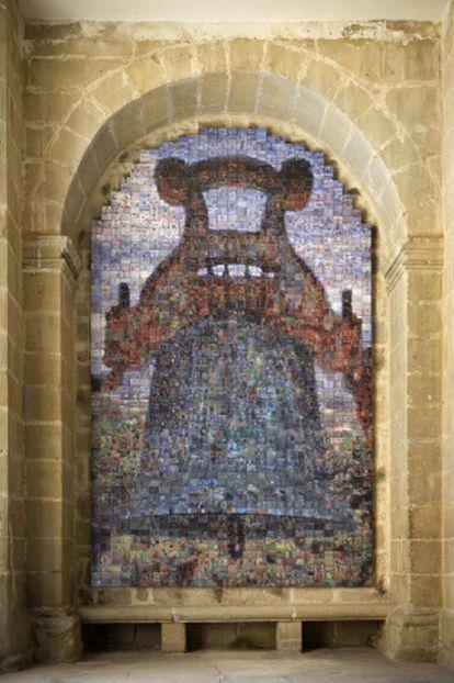 'La campana de la mora', obra de Joan Fontcuberta, hecha con fotos de los habitantes de Sajazarra. RAFAEL LAFUENTE