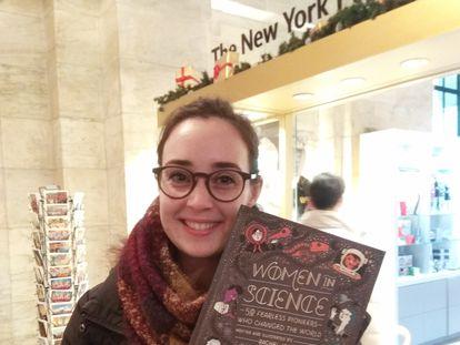 La investigadora Elena Ceballos, el pasado año en Nueva York con un libro sobre mujeres y ciencia.