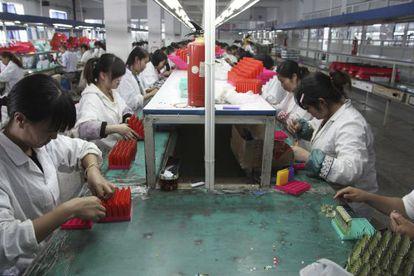 Empleadas de una fábrica de mecheros en China.