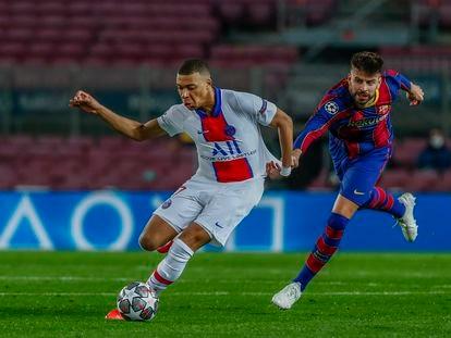 Gerard Piqué intenta detener a Kylian Mbappé en la ida de octavos de la Champions en el Camp Nou.