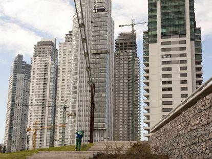Los edificios de lujo de Puerto Madero, en Buenos Aires, fueron construidos en los últimos años; cerca de allí se levanta un barrio de chabolas.