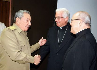 El presidente de Cuba, Raúl Castro, saluda al cardenal cubano, Jaime Ortega, y al presidente de la Conferencia de Obispos Católicos, Dionisio García Ibáñez.