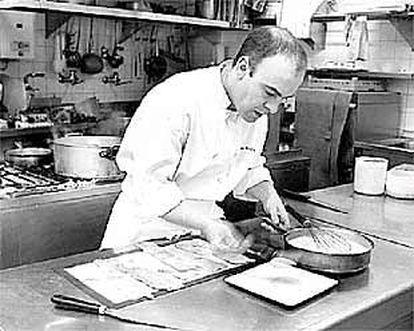 Koldo Rodero prepara un plato en la cocina de su restaurante.