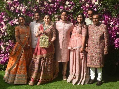 La familia Ambani en la boda de Akash con Shloka Mehta. De izquierda a derecha, Anant Ambani, Radhika Merchant, Nita Ambani, Akash Ambani, Mukesh Ambani y Esha Ambani Piramal, celebrada en marzo de 2019.
