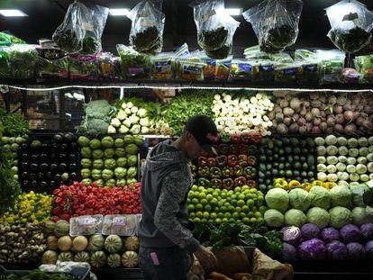 Un vendedor en un mercado de Caracas.