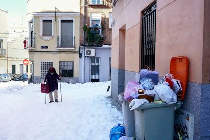 En la calle Carlos Rubio avanza Ana Díaz, de 67 años, que ha salido dos horas antes de su casa para llegar al trabajo