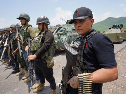 Miembros del Cártel de Jalisco Nueva Generación (CJNG) hacen una exhibición de armamento en Aguililla, Michoacán, el pasado fin de semana.