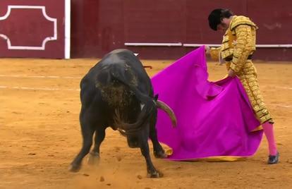 Morante de la Puebla, a la verónica ante su primer toro.