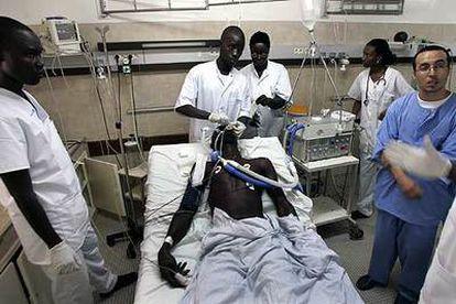 Personal sanitario atiende a un enfermo de malaria en el hospital de Dakar, en Senegal.