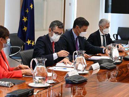 Desde la izquierda, Isabel Rodríguez, Félix Bolaños, Pedro Sánchez y Fernando Grande-Marlaska, en la reunión de la Comisión Mixta.