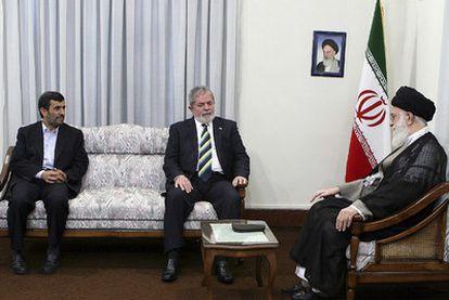 De izquierda a derecha, Mahmud Ahmadineyad, Lula da Silva y el ayatolá Alí Jamenei.
