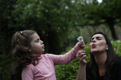 Susana Cristo Anzola juega con su hija Olivia de cuatro años y que tiene autismo en Madrid.