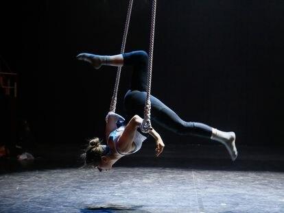La trapecista argentina Serena Méndez durante los ensayos del Festival de Circo Iberoamericano en el Teatro Circo Price.