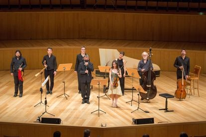 La violinista Lina Tur Bonet y el flautista Guillermo Peñalver (en el centro) con los integrantes de MUSIca ALcheMIca este miércoles en Zaragoza.
