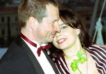 Lars Von Trier escenificando una escena cariñosa director-actriz ante los medios en el Festival de Cannes en 2000.