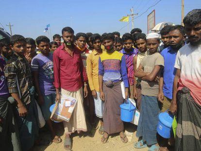 Refugiados rohingya del asentamiento de Kutupalong, en Cox's Bazar, el 1 de abril de 2020. Los trabajadores humanitarios temen un brote de coronavirus entre los campos de refugiados de esta localidad bangladesí, los mayores del mundo, con más de un millón de personas registradas.