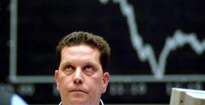 Un agente de cambio consulta una pantalla en la Bolsa de Fráncfort, Alemania.