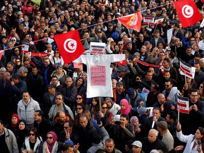 Profesores universitarios protestan en Túnez, este miércoles.