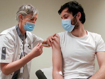 Un voluntario recibe una dosis de CureVac o de placebo durante el ensayo clínico en marzo pasado en Bruselas.