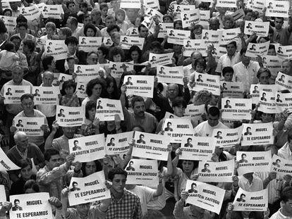 Miles de vecinos piden la liberación de Miguel Ángel Blanco en las calles de Ermua (Bizkaia), el 11 de julio de 1997.