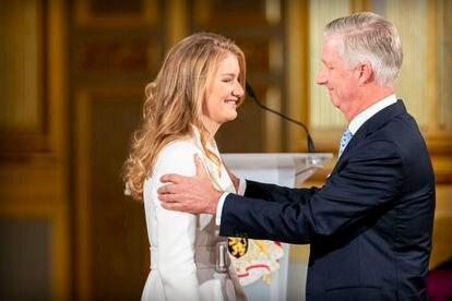 Isabel de Bélgica y su padre, el rey Felipe, en la ceremonia por el 18º cumpleaños de la heredera, en el palacio real de Bruselas el 25 de octubre de 2019.