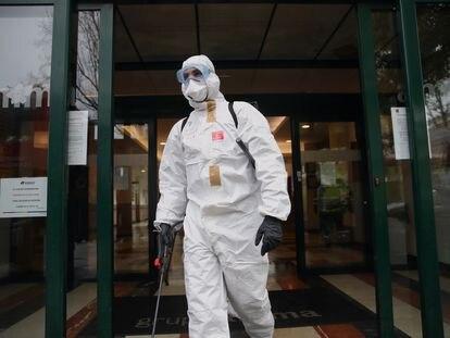 Un miembro de la UME desinfecta una residencia de mayores en Madrid.