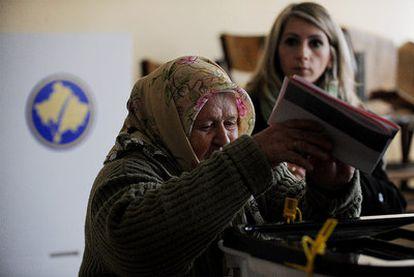 Una anciana deposita su voto para las elecciones legislativas de hoy el Kosovo, las primeras tras su independencia.
