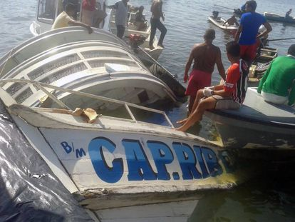 Trabajos de rescate de la embarcación hundida.
