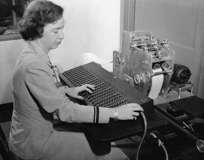 La teniente Grace Hopper codifica problemas en una cinta perforada para introducirla en una de las máquinas calculadoras inventadas por Howard H. Aiken en los años 40.