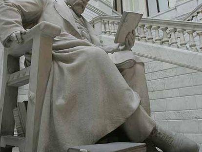 Estatua de Marcelino Menéndez Pelayo en el interior de la Biblioteca Nacional.