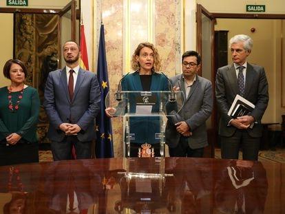 Meritxell Batet, en el centro, junto a los miembros de la Mesa del Congreso, este martes.
