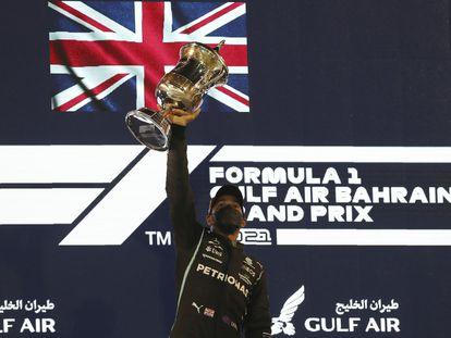Hamilton celebra su victoria en el podio de Bahréin.